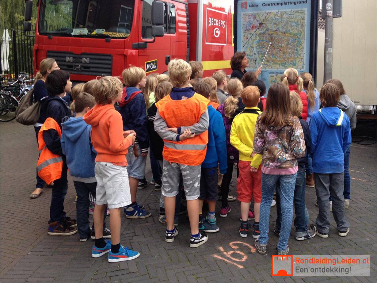 Schoolklas bij de stadskaart van Leiden voor de 3oktober rondleiding